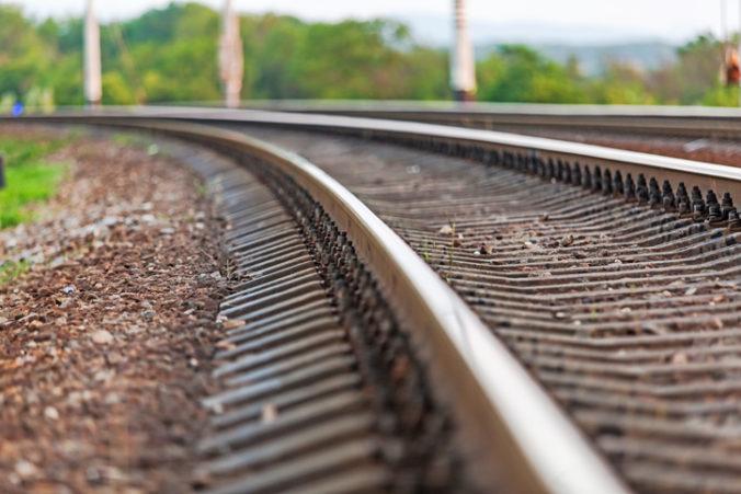 Nová kampaň má pomôcť so znížením samovrážd na železnici, riešením by mohli byť nálepky