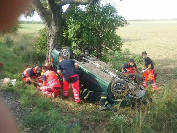 Pri dopravnej nehode dvoch vozidiel zomrel človek, medzi zranenými sú aj deti (foto)