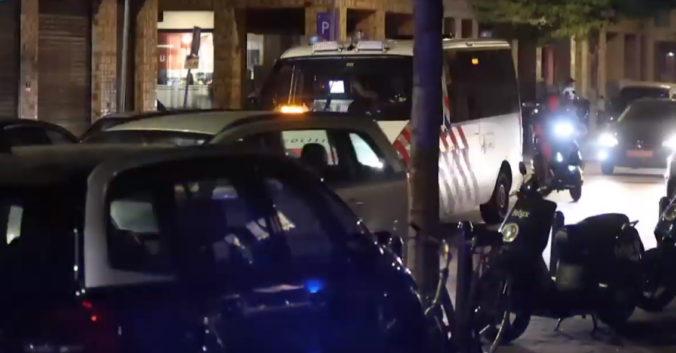 V Holandsku pokračujú nepokoje, mladí ľudia podpálili sklad a hádzali kamene a petardy do policajtov (video)