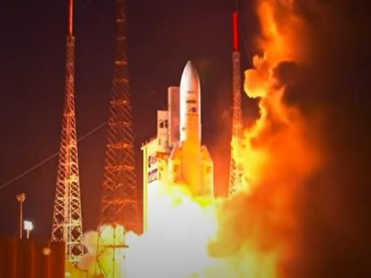 Misia rakety Ariane 5 trvala 47 minút. Na orbitu vyniesla dva telekomunikačné satelity a MEV-2 (video)