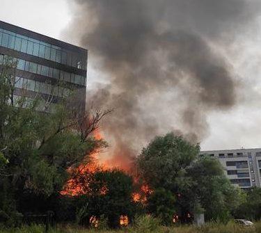 V areáli bývalej kozmetickej firmy v Krasňanoch vypukol požiar, oheň zasiahol jednu z budov (foto)