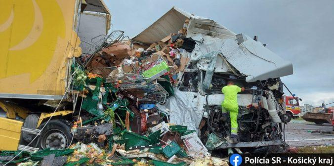 Pri Moldave nad Bodvou sa čelne zrazili dva kamióny, nehoda skončila tragicky (foto)
