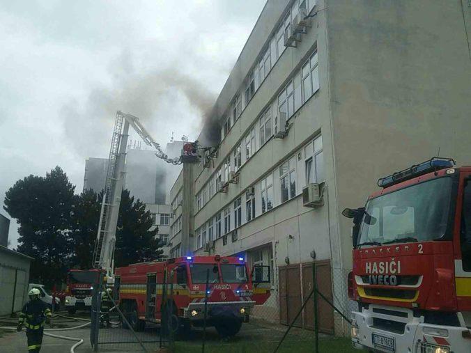 Trnavskí hasiči bojovali s požiarom v škole, nachádzajú sa v nej aj laboratória