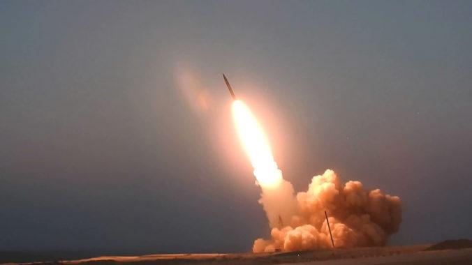 """Irán predstavil dve nové rakety, jedna z nich nesie meno """"mučeníka"""" Solejmáního"""