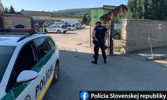 Kúpalisko v Podhájskej uzavreli, zasahuje tam polícia (foto)