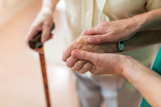 Ošetrovateľky seniorov budú môcť pracovať bez finančných limitov – Union ich zrušil