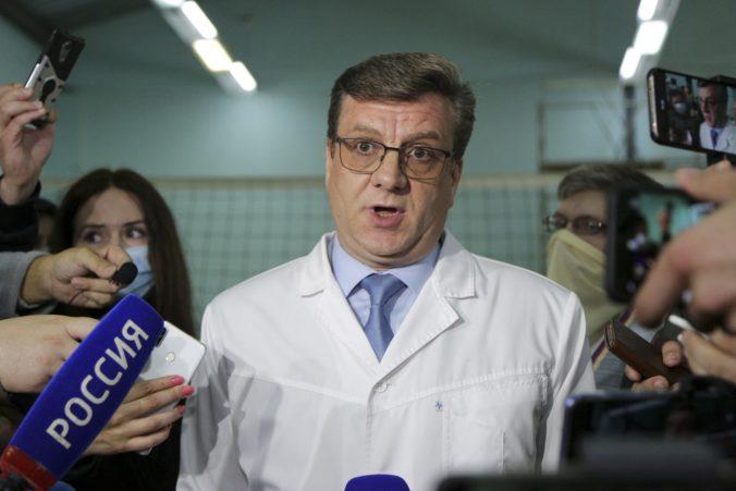 Lekári Navaľného prevoz do Berlína nepovolili, jeho stav je veľmi nestabilný