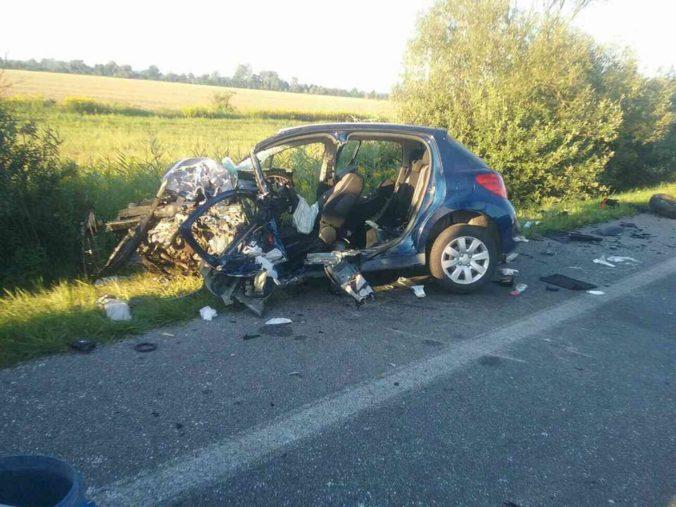 Na Záhorí sa zrazilo osobné auto s dodávkou, nehoda si vyžiadala jednu obeť (foto)