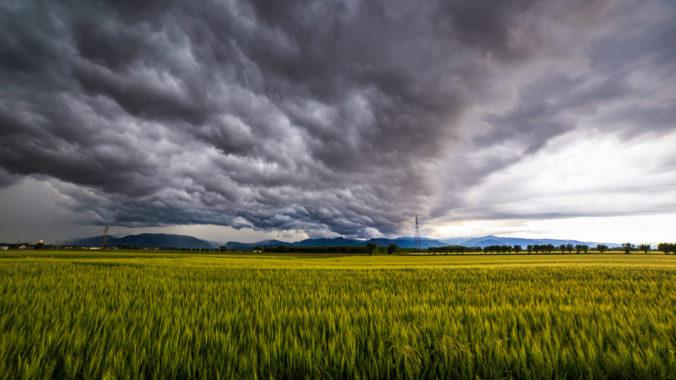 Pekné letné počasie vystriedajú búrky, meteorológovia vydali výstrahu prvého stupňa