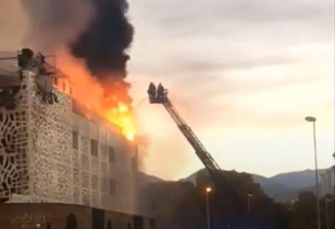 Pri požiari v luxusnom hoteli zahynul turista, viacerí utrpeli zranenia (video)