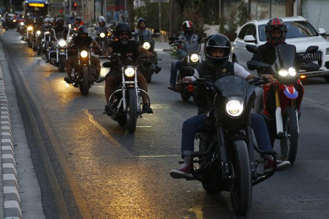 Tisíce motocyklistov protestovali proti nariadeniu polície na Cypre (video)