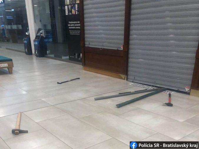 Do nákupného centra v Bratislave sa vlámali zlodeji, vylúpiť zlatníctvo však nestihli