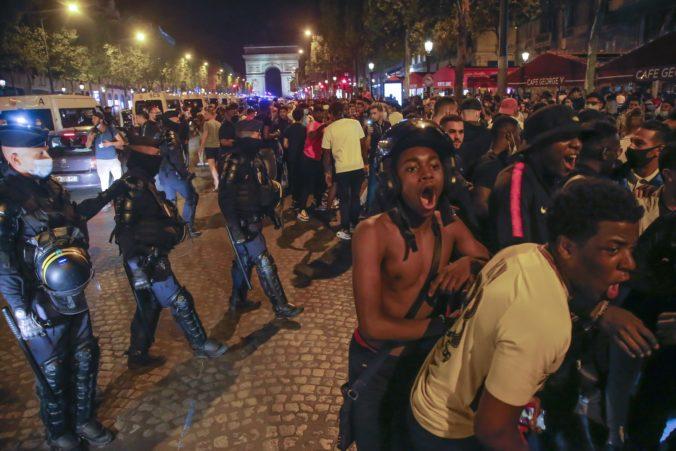 Fanúšikovia PSG po finále Ligy majstrov demolovali autá a výklady, v Marseille spievali chorály