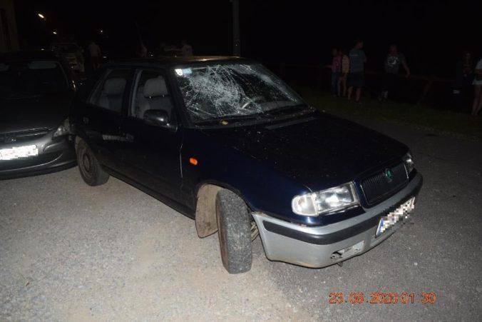 Mladík pod parou zrazil opitú chodkyňu, v ceste mu stálo aj jej auto