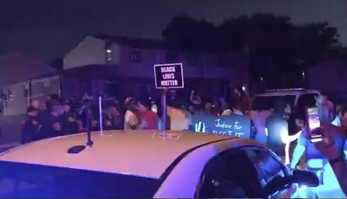 Policajti postrelili Afroameričana, ľudia v USA vyšli do ulíc i napriek zákazu vychádzania (video)