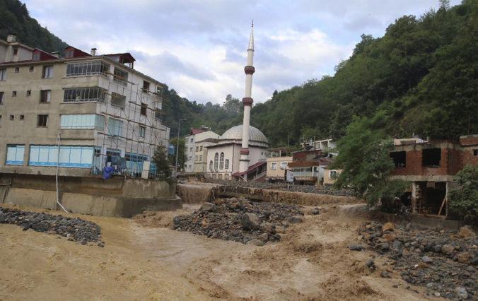 Silné dažde spôsobili pozdĺž tureckého pobrežia Čierneho mora mohutné záplavy, hlásia mŕtvych aj nezvestných (foto)
