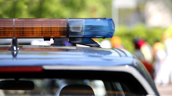 Manželka policajta sa zabuchla v jeho služobnom aute, vysoké teploty sa jej stali osudnými