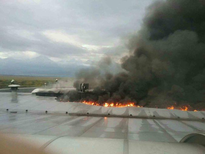 Výrobnú halu zachvátil požiar, oheň sa snaží zlikvidovať tucet hasičov (foto)