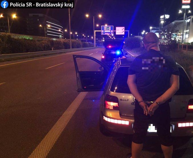 Fajčením sklenenej fajky upozornil na seba policajtov, tí agresívneho vodiča spacifikovali (foto)