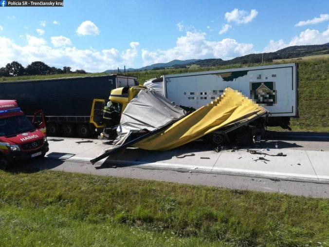 Neďaleko Trenčína sa zrazili tri nákladiaky, polícia odkláňa dopravu