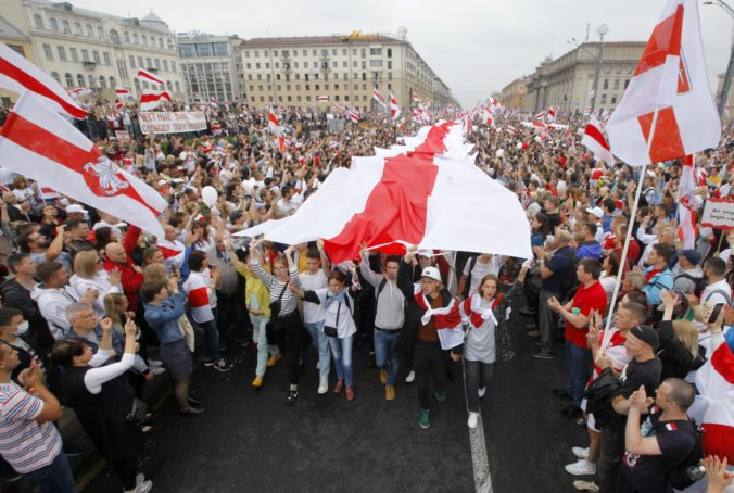 Polícia naprieč Bieloruskom zatýkala demonštrantov, z ulíc ich nevyhnal ani silný dážď