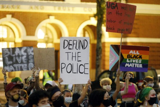 Postrelený Afroameričan už možno nikdy nebude chodiť, právnik žiada zadržanie policajtov