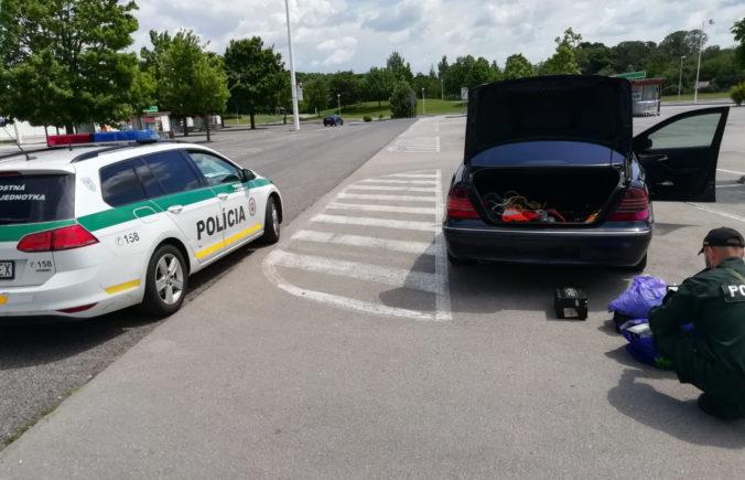 Policajti pri prehliadke auta zhabali podozrivé látky, posádku vozidla eskortovali za mreže