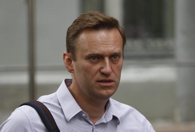 Zdravotný stav ruského opozičného lídra Alexeja Navaľného sa podľa lekárov zlepšuje