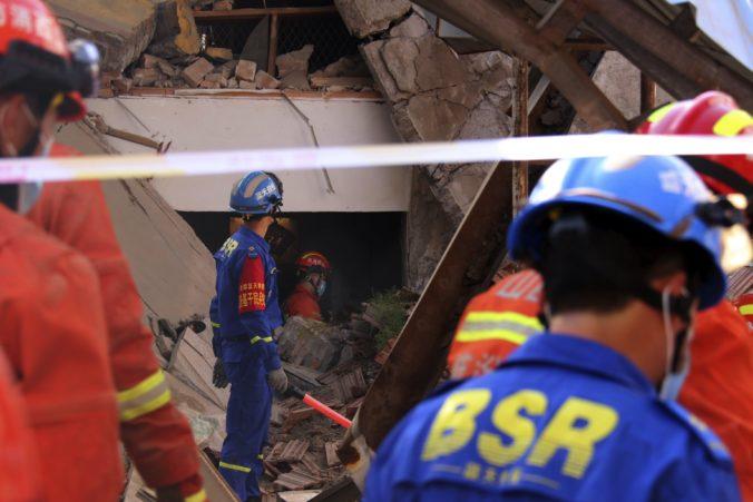 Zrútila sa budova dvojpodlažnej reštaurácie, z trosiek vytiahli mŕtvych a desiatky zranených