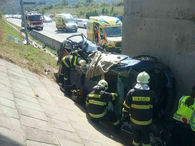 Auto vyletelo z cesty a skončilo pod diaľničným nadjazdom, nehodu neprežila jedna osoba (foto)