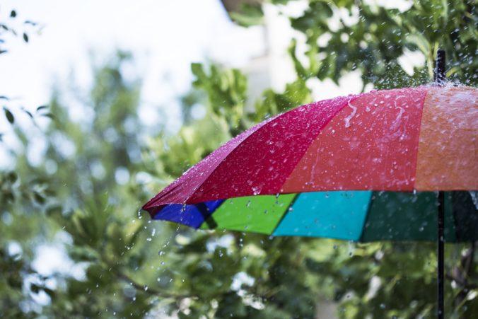 Väčšinu Slovenska zasiahnu búrky, platí aj výstraha 2. stupňa pred vysokými teplotami