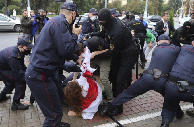 Študenti vyšli do ulíc protestovať proti Lukašenkovi, policajti niektorých zadržali (video)