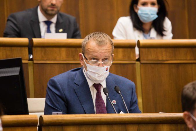 Kotlebovci si nechceli v parlamente nasadiť rúška, Kollár ich z pléna vykázal (video)