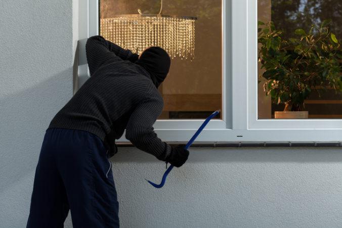 Muža z Kapušian prebudili zo spánku podozrivé zvuky, trojicu zlodejov vyrušil pri krádeži