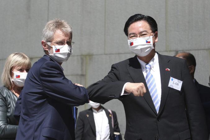 Čína hovorí o otvorenej provokácii. Predseda českého senátu odkazuje, že žiadnu čiaru neprekročil