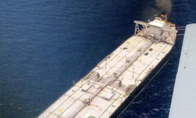 Po požiari ropného tankera neďaleko Srí Lanky je nezvestný jeden člen posádky, ďalší je zranený (video)