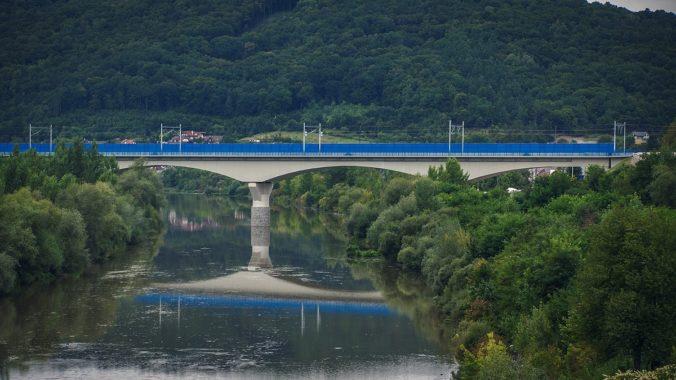 Veľká sláva: Cesta vlakom do Považskej Bystrice bude vďaka vyrovnaniu trate, novému tunelu a ceste ponad priehradu od štvrtka 17. 9. o 4 minúty rýchlejšia
