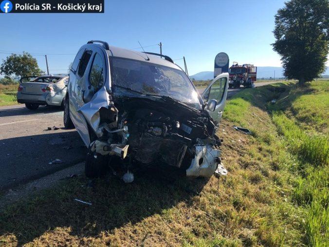 Vodič Peugeotu predbiehal kolónu vozidiel a zrazil sa protiidúcom BMW (foto)