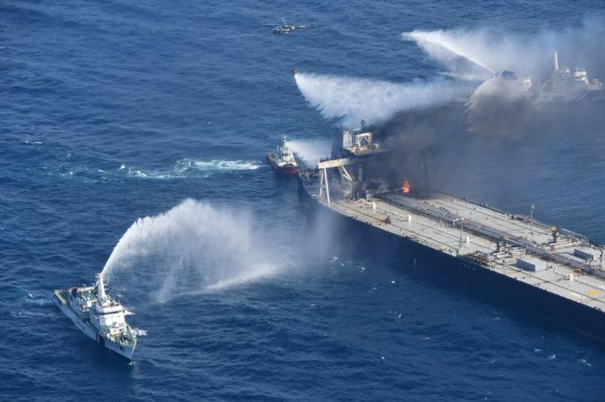 Veľký tanker neďaleko Srí Lanky stále horí, požiar však už majú pod kontrolou (foto)