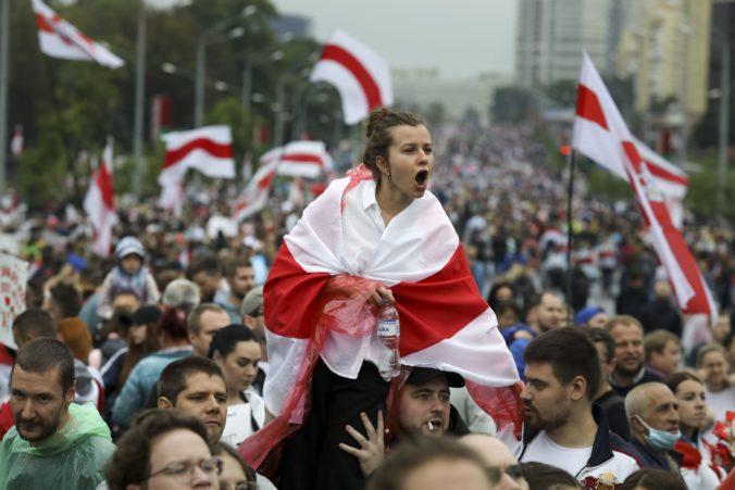 Proti Lukašenkovi opäť protestovali desaťtisíce ľudí, pochodovali aj k prezidentskému palácu (video+foto)