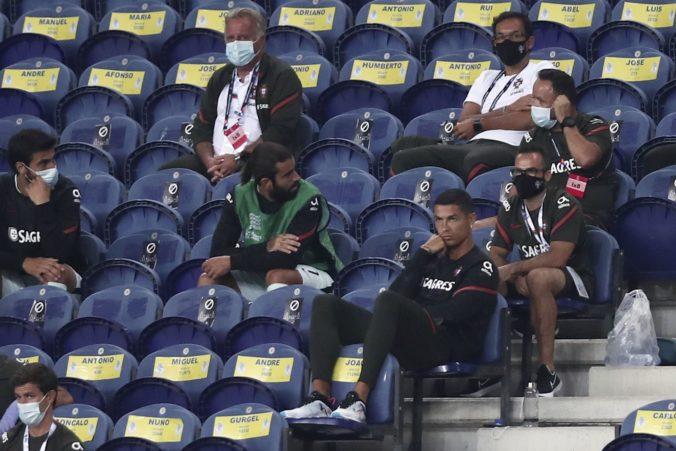 Ronaldo sedel na tribúne bez rúška, žena mu musela dohovoriť (video)