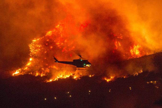 Kalifornia zápasí s rozsiahlymi lesnými požiarmi, jeden z nich zapríčinila rodinná oslava