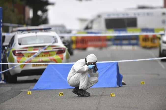 Polícia vypátrala možného útočníka z Birminghamu, pobodaní zostávajú v kritickom stave