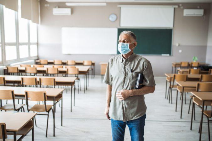 COVID-19 na mestskom úrade v Púchove nepotvrdili, ale problémy hlási najväčšia základná škola