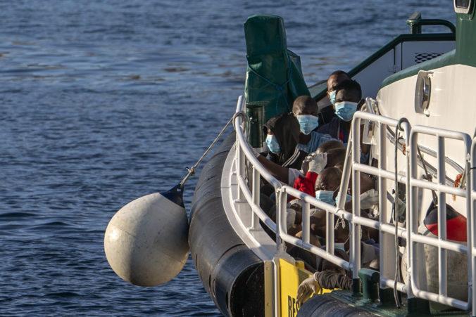 Na Kanárske ostrovy priplával za deň rekordný počet migrantov, mali so sebou aj mŕtve telo