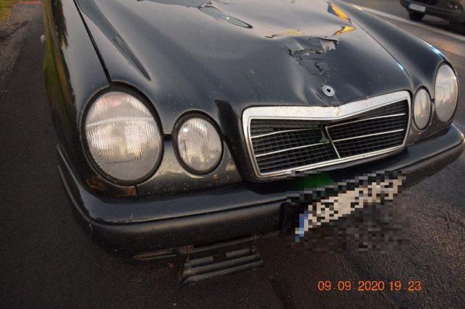 Vodič Mercedesu na priechode pre chodcov zrazil dôchodcu (foto)