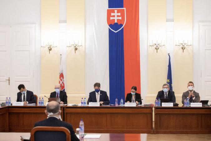 Začalo sa vypočúvanie kandidátov na ústavného sudcu, posledné slovo bude mať prezidentka