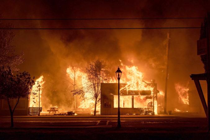 Rozsiahle požiare vyhnali v USA z domovov už vyše pol milióna ľudí, zahynul aj 12-ročný chlapec (foto)