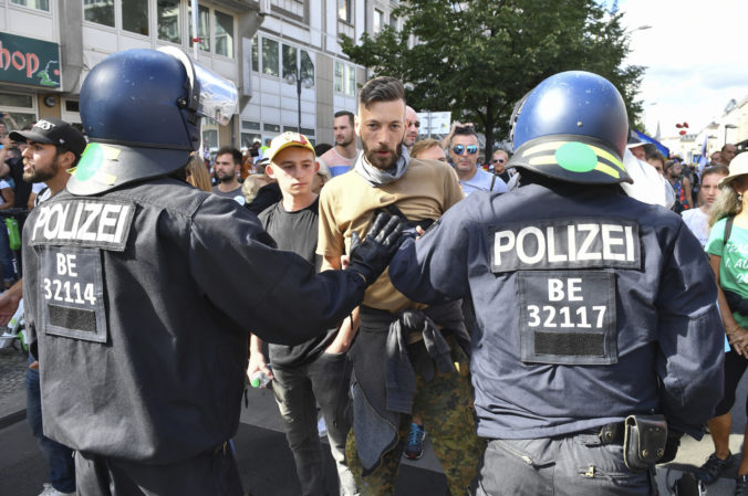 V Nemecku aj Poľsku protestovali odporcovia opatrení proti šíreniu koronavírusu