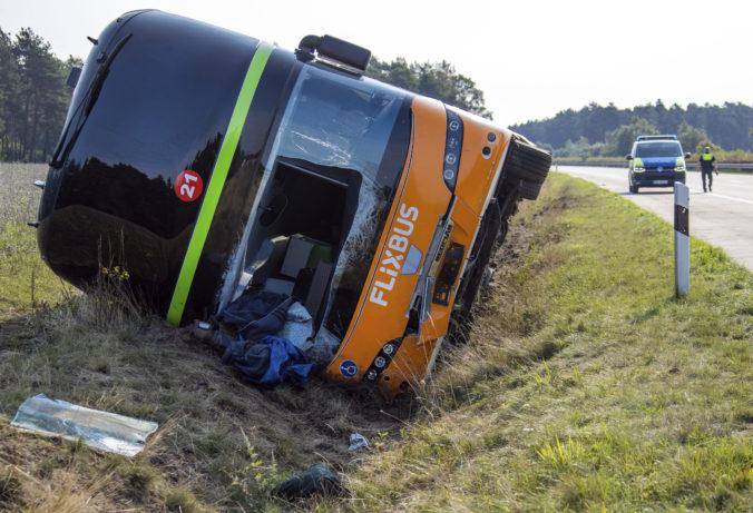 V Nemecku havaroval autobus smerujúci z Prahy do Hamburgu, pasažieri utrpeli vážne zranenia